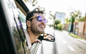 Amadeus lanza en España una plataforma de coches con conductor